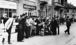 Doček motorista, početkom sedamdesetih, ispred nekadašnje