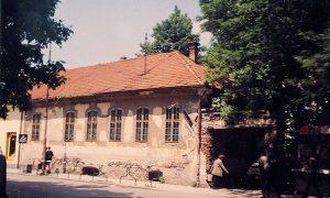 Nekadašnja kuća Popovića, preko puta glavnog ulaza u pijac