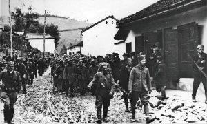 Partizani i četnici sprovode zarobljene nemačke vojnike