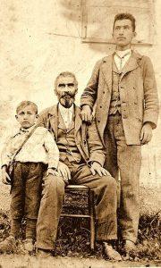RistaTešić ispred svoje kuće na Dovarju sa sinovima, tu gde je danas ulica Riste Tešića