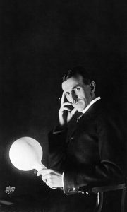 Nikola Tesla na svetskoj izložbi u Čikagu je zadivio svet. U Užicu jedini koji je pratio rad Nikole Tesle u to vreme je bio sajdžija Risto
