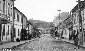 Levo kafana tj. hotel Veljka Lazića, gde je bio prvi užički bioskop, a posle Drugog sv.rata i pozorište