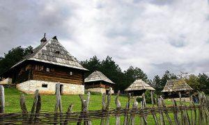 """Zlatiborska brvnara ili """"""""Osaćanka"""" u Sirogojnu"""
