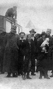 Stigla poštanska kola u Užice, na krovu kočijaš Luka Nevoljica, snimljeno u jesen 1910. god (Fotografija na staklenoj ploči od Fikara)
