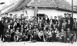 Pekari sa porodicama 1. maja 1952. godine. Fotografisao Ilija Lazić na uglu ka Rosuljama, kod I osnovne škole (fotografiju podelio Branislav Mlađenović)