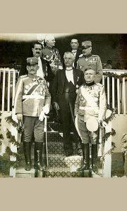Krsta Smiljanić, tada ban Zetske banovine 1930. godine, na svečanosti dodele novih pukovskih zastava. Stoji prvi s leva