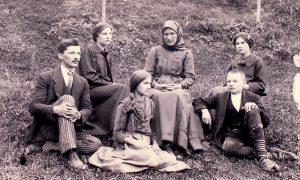 Miladin Pećinar po povratku iz Rima, sestra Vida, sestra Milojka, majka Kristina, brat Miloš i sestra Angelina u Ljubišu