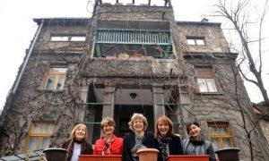 Na fotografiji Vojislava Danilova: Milica, Ljiljana, Ružica, Zorana i Ivana ispred kuće, koju je gradio njihov deda na Obilića vencu u Beogradu