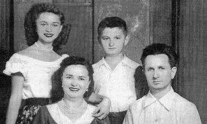 Porodica Tešić, fotografija koju je Goja poslala Despotovićima, uoči Nikoljdana 1954, iz Čikaga