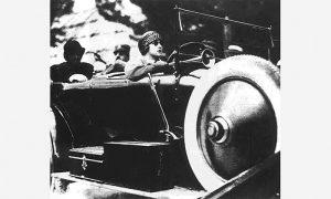 Prva žena vozač u Srbiji, kraljica Marija Karađorđević, u Rols Rojsu, pozadi kralj Aleksandar Karađorđević