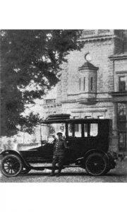 Prvi srpski šofer Sreten Kostić ispred prvog automobila