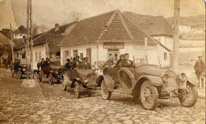 Prvi užički šofer Savo Radović, u engleskom automobilu sa volanom s desne strane