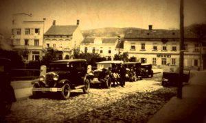 """Fotografija nepoznatog trgovačkog putnika iz 1939. godine iz kolekcije Aleksandra Tošića, užička taksi stanica između """"Parčića"""" i Gimnazije"""