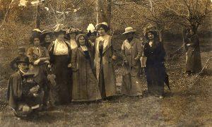 Grupa Užičanki na početku 20 veka u Velikom parku. Pedesetak metara levo je Ružića istočnik. Fotografija dočarava način oblačenja užičkih devojaka, gospođa, dece i jednog gospodina.
