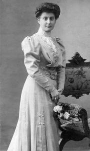 Mlada dama iz Užičke porodice Anđušić. Pojava odiše gospostvenošću i pokazuje kako su izgledale mlade užičke varoške dame na početku 20 veka.
