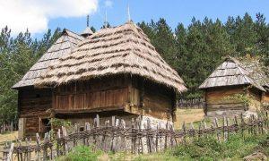 Staro selo Sirogojno - kuća sa slamenom krovnom pokrivkom