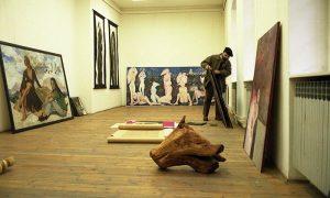 Dragoljub Kaplanović priprema svoje slike za izložbu u Gradskoj galeriji u prvoj polovini devedesetih
