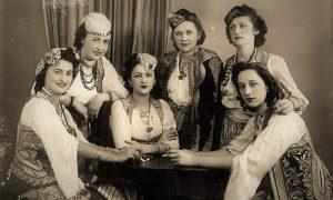 Neke od članica Kola srpskih sestara 1938. godine u narodnim nošnjama