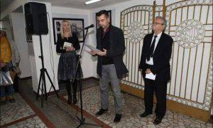 Na fotografiji sa otvaranja izložbe s desna prof. Iskrin, Aco Tošić i direktorka GKC-a