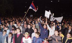Protesti oktobra 2000te -publika ispred opštine