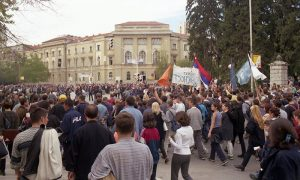 Protesti oktobra 2000te -dnevni protest ispred opštine i Parčića