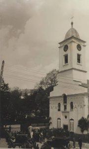 Fotografija snimljena 1.05.1939. godine. Venčanje, atmosfera ispred Saborne crkve. Originalna fotografija je vlasništvo užičke porodice Prohorov.