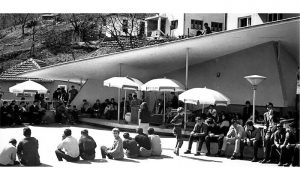 """Nekadašanja terasa ferijalnog doma """"Naša mladost"""" je bilo jedno od najomiljeniji mesta užičke omladine, gde su održavane igranke, čajanke,gitarijade i sl."""