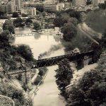 Stari železnički most na plaži i Ćira