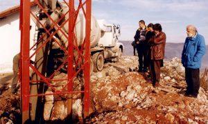 Postavljanje relejnog stuba na Bioktošu 12. decembra 1999.
