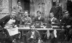 Puno učenika i majstora kod obućara Dravića