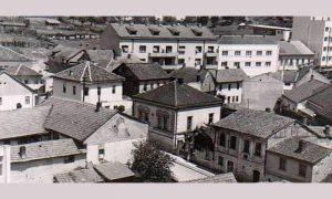 """Fotografija je snimljena 1959. godine na raskrsnici današnjih ulica Petra Ćelovića i Kralja Petra, na uglu se nalazi hotel """"Sodadžija"""""""