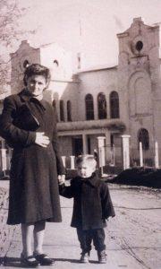 Moja majka Vera i ja ispred glavnog ulaza u Sokolanu 1956. godine (fotografija Vlajka Kovačevića)