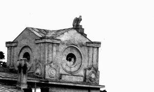 Centralna karijatida Sokolane sa kamenim sokolom na vrhu, posle rata komunisti su poskidali sokole, povezujući ih sa grbom kraljevine, iako je u pitanju orao
