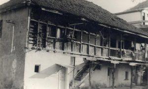 Zotovića kuća baš pred njeno rušenje, više nje je već napravljen betonski nadvožnjak za prugu Beograd-Bar.