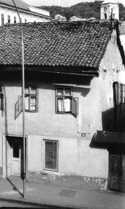 Uskokovića kuća sa prekrečenom spomen tablom, koju je pre rata postavilo Kolo srpskih sestara