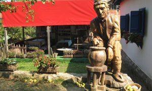Spomen statua zlakuskim grnčarima rađena prema desnom grnčaru sa stare fotografije