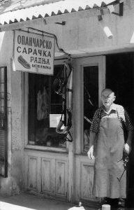 Poslednji užički opančar - sarač Milija Ćitić ispred svoje radnje na Megdanu