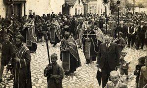 Vladika Nikolaj predvodi opelo profesora Vujića (foto iz porodične kolekcije Brane Marinković, ćerke poznatog Užičanina Pera Ćenda)