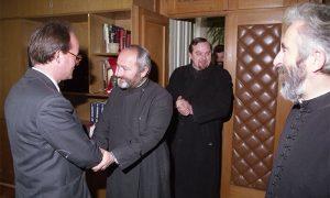 """Prota Miljko Starčević u """"klinču"""" sa predsednikom Nedeljkovićem, 5. januara 1996."""