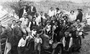 Taksi dovezao turiste na Zlatibor 1927. godine (fotografija pribavljena od Dula Starčevića i Simeona Popovića)