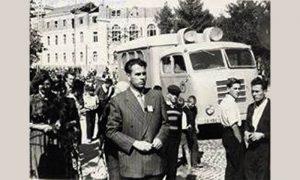 Tokom Izbora 1955. godine Ilija je snimio nesvesno i dogradnju drugog sprata na zradi Opštine.