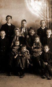Jedna od užičkih porodica sa dosta dece snimljena u drugoj deceniji 20. veka u Lazića foto ateljeu