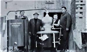 Rako, Rada Toskić, otac Žarkov Mileta Kosić i kupac mašinskog kazana (kažu da je to bila velika majstorija napraviti) pred kazandžijskom radnjom - radionicom