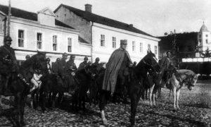 Srpska konjička jedinica koja je ušla u oslobođeno Užice postrojena na kaldrmi stočnog pijaca pored Gimnazije