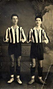 Po sećanju užičke starine pok. Jova Rosića, braća Mile zv. Žujo i Ilija Selaković na fotografiji, doneli su prvu fudbalsku loptu iz Francuske