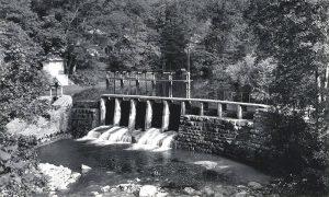 Brana treće elektro centrale u vreme kad je Aco Dejović učio na njenom jezercetu mlade Dovarjaše plivanju