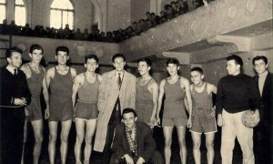 Fotografija s početka pedesetih na kojoj se vidi deo sale i galerije u Sokolani sa najzaslužnijim Užičanima za nastanak užičke košarke