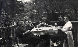 Užičke gospođe na kafi na terasi kafane u Velikom parku šezdesetih godina 20. veka