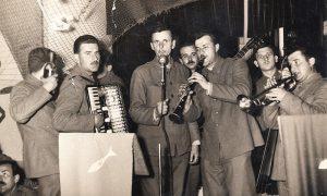 Kompletan vojnički orkestar u kome su nastupale buduće muzičarske legende
