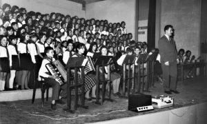 """Brole sa horom i orkestrom OŠ """"Dušan Jerković,"""" koji je sastavio i uvežbao"""